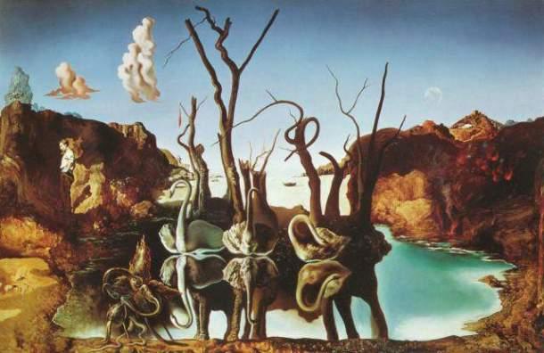 Łabędzie odbijające się w wodzie jako słonie. Salvador Dali.