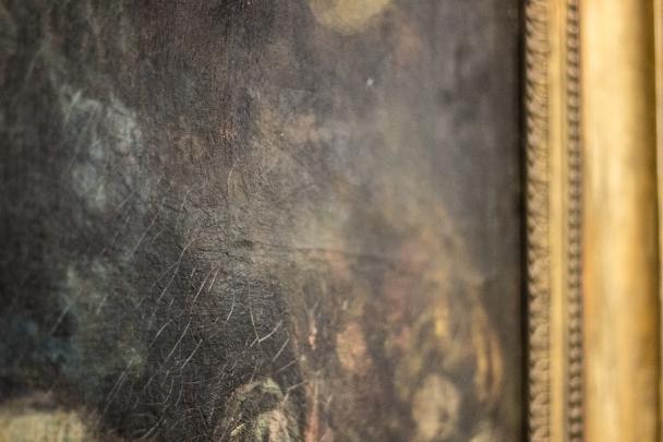 Zauważalna rysa na płótnie to ślad po tym, że fragment obrazu został wycięty